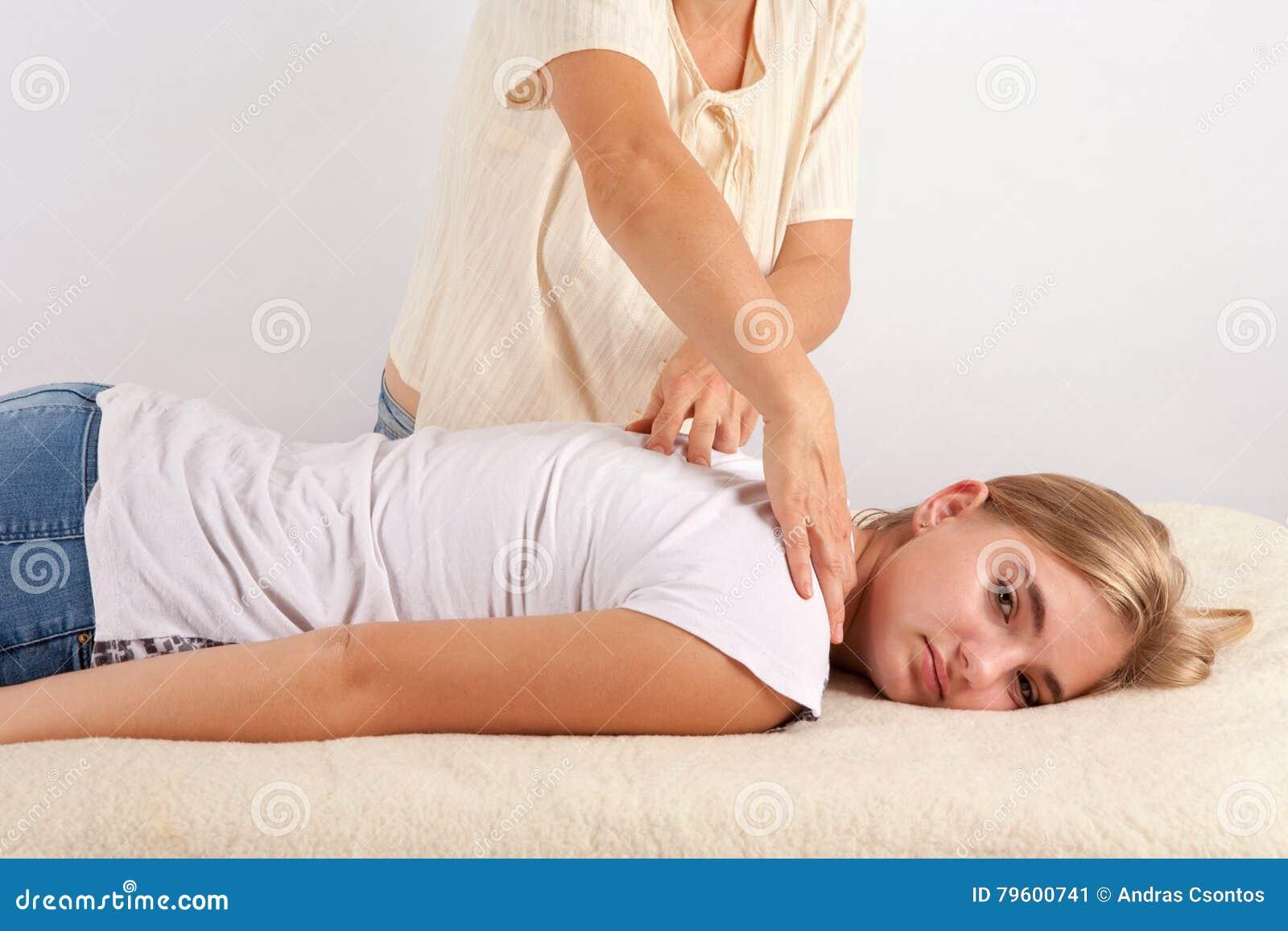 A jovem mulher recebe bowen a terapia