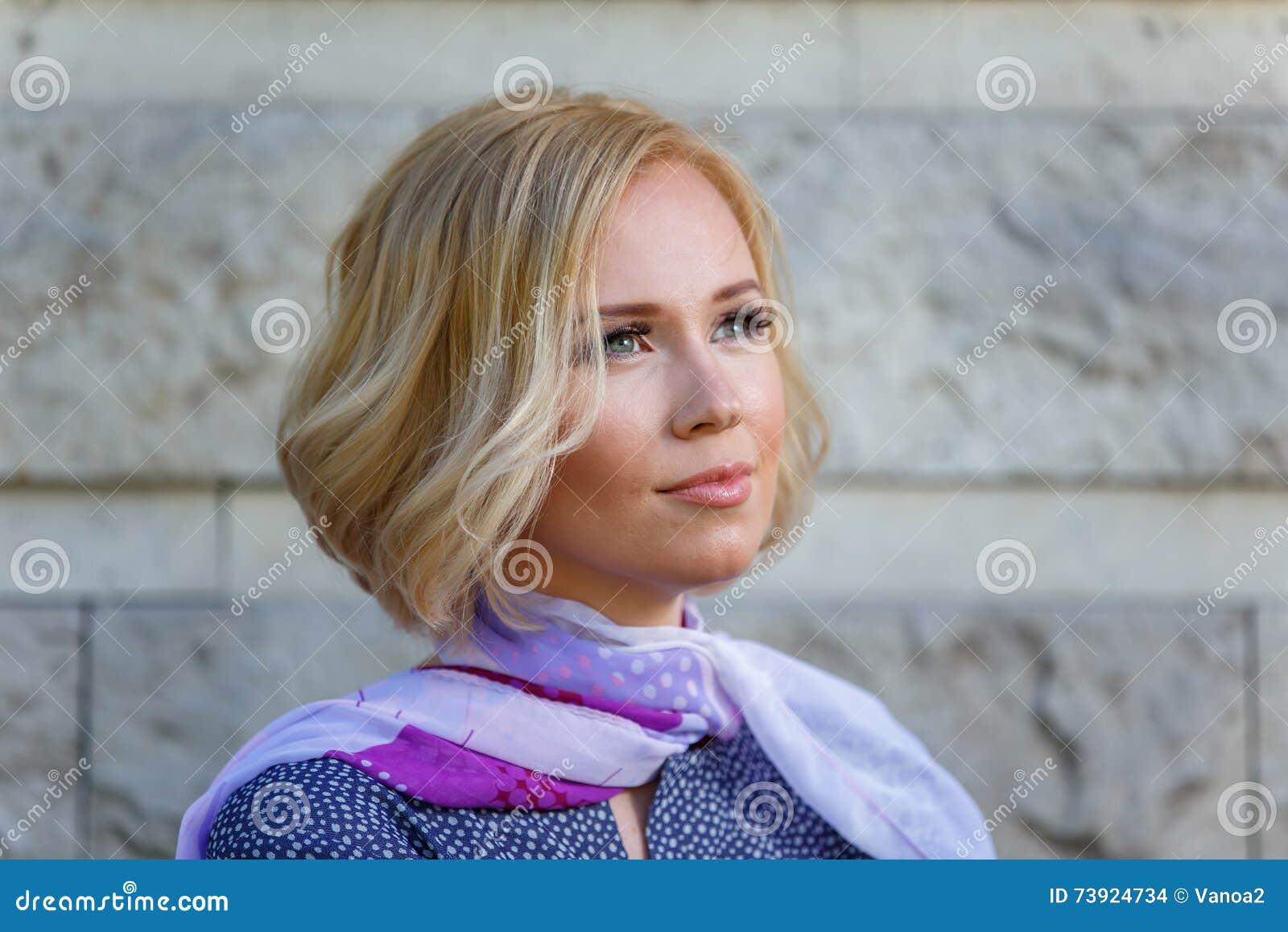Jovem mulher romântica que olha em algum lugar