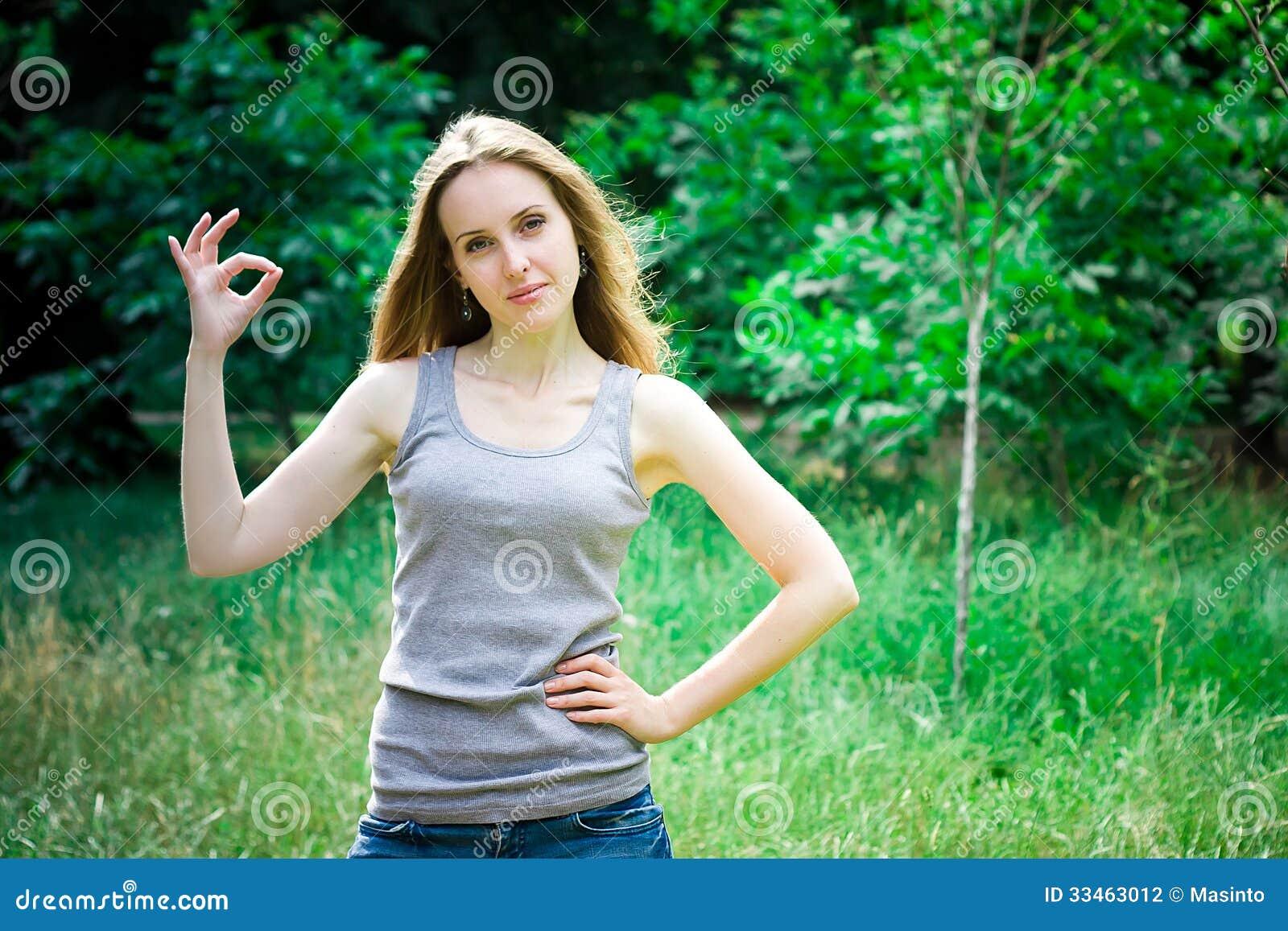 Jovem mulher, sinal aprovado