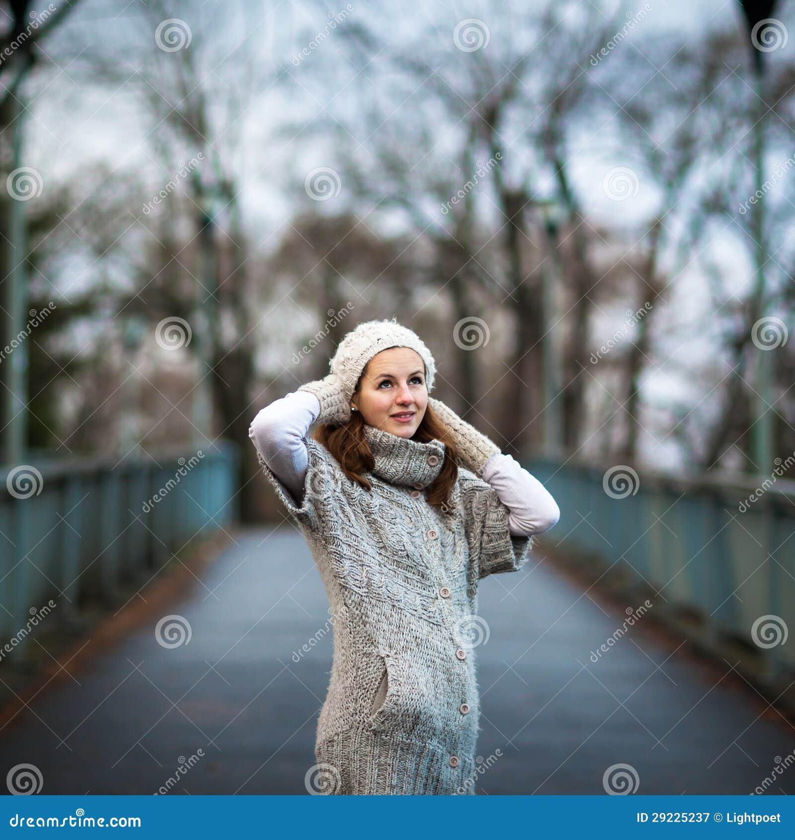 Download Jovem Mulher Vestida Em Um Casaco De Lã De Lã Morno Imagem de Stock - Imagem de forma, mittens: 29225237
