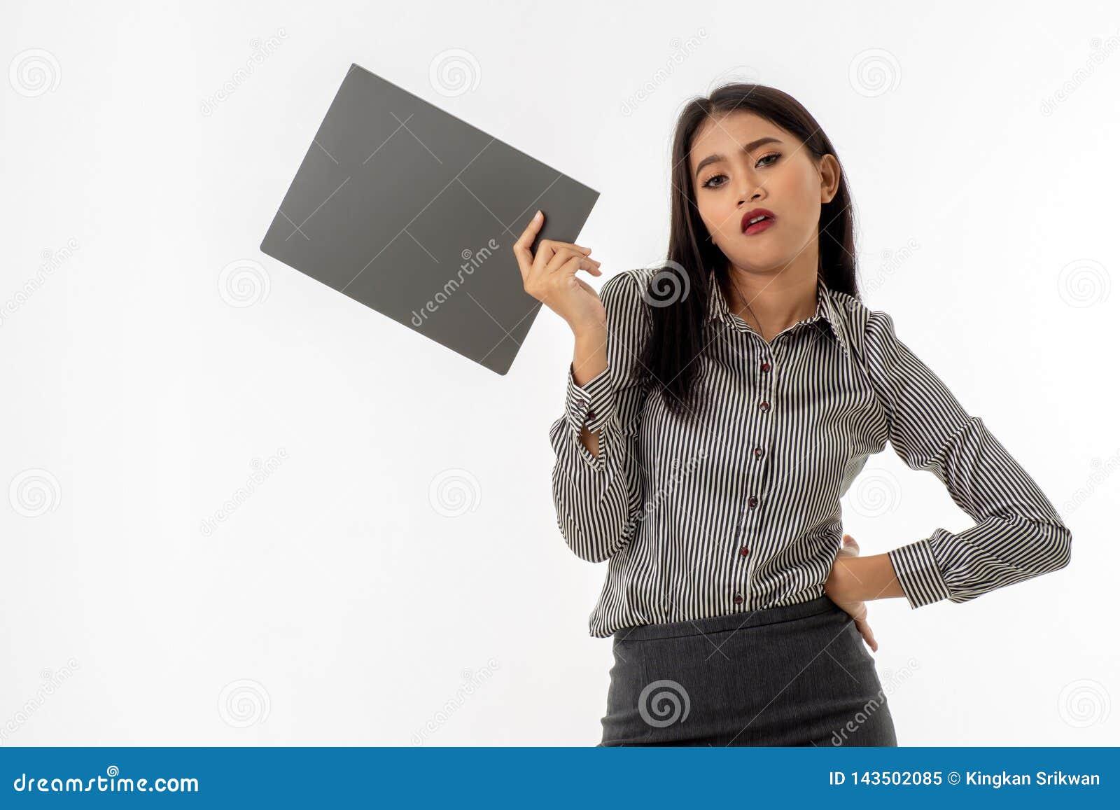 A jovem senhora asiática esteve com o um braço akimbo, guardando a pasta de arquivos do documento