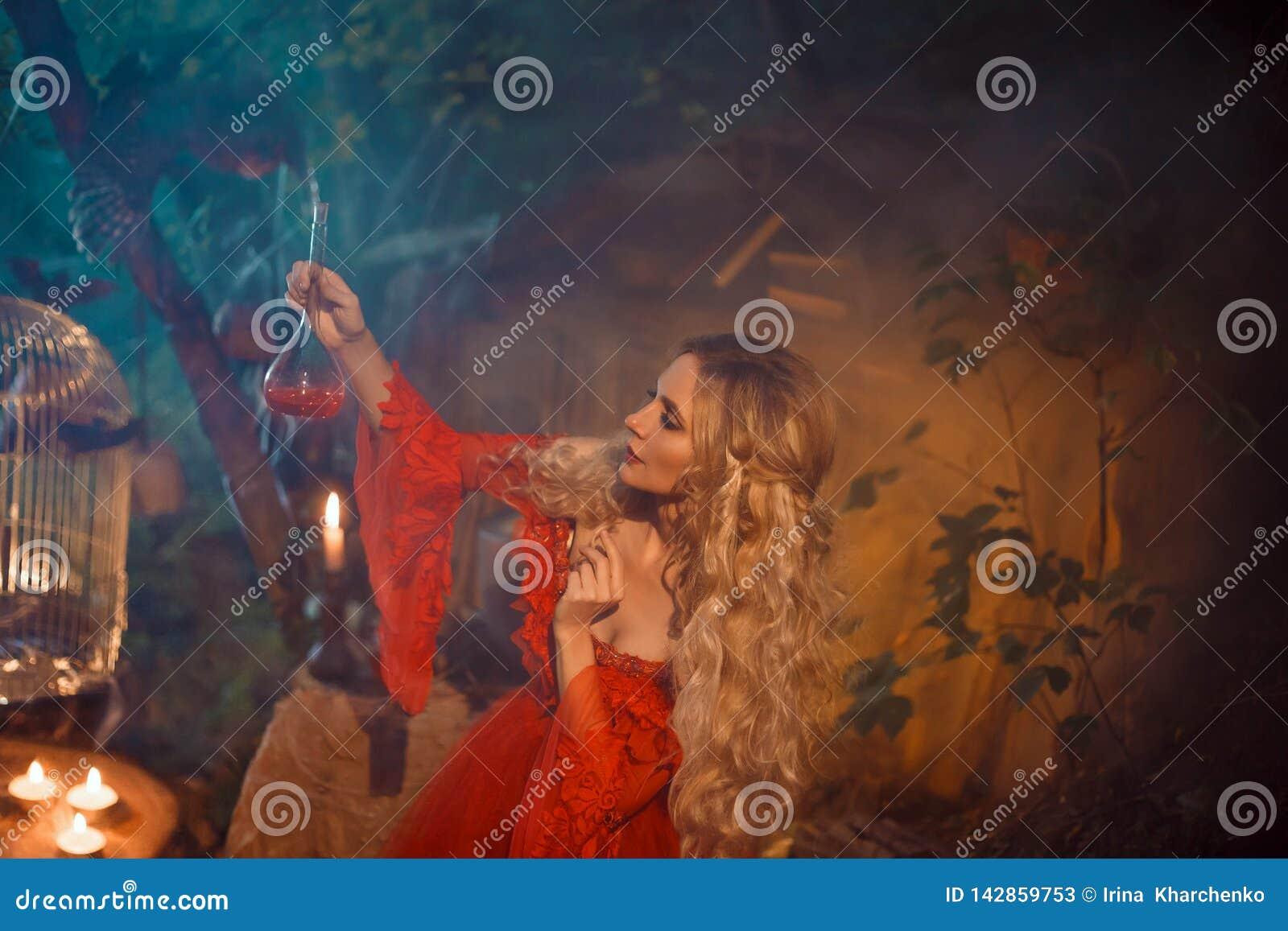 Jovem senhora bonita que prepara uma poção para encantar seu noivo amado, menina com cabelo encaracolado louro em um vermelho  se