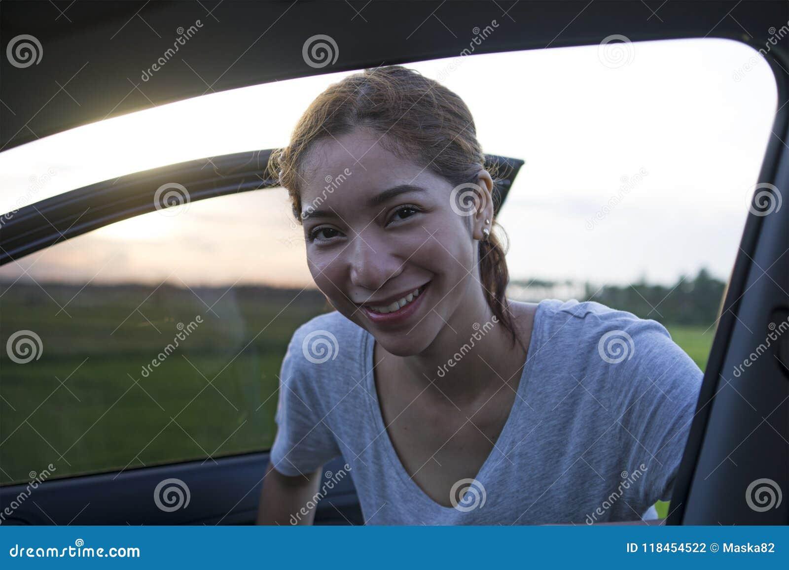 Jovem senhora feliz e orgulhosa Riding In um carro