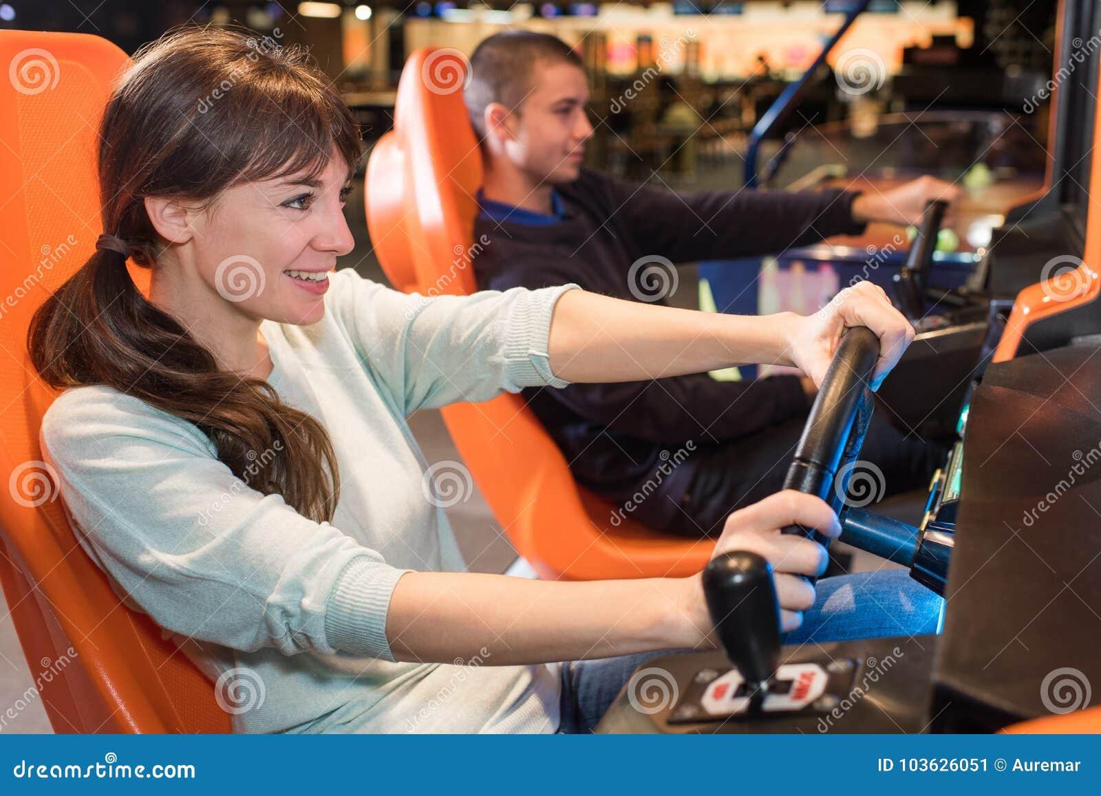 Jovens em jogos de arcada da roda