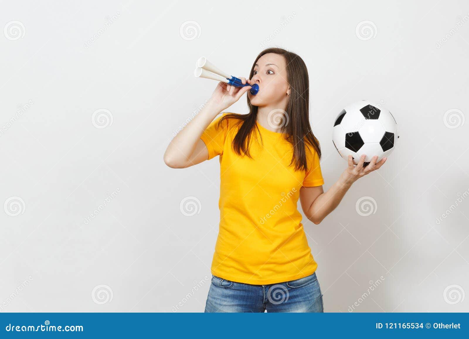 Jovens, fan de futebol ou jogador europeu bonito no fundo branco Esporte, jogo, saúde, conceito saudável do estilo de vida