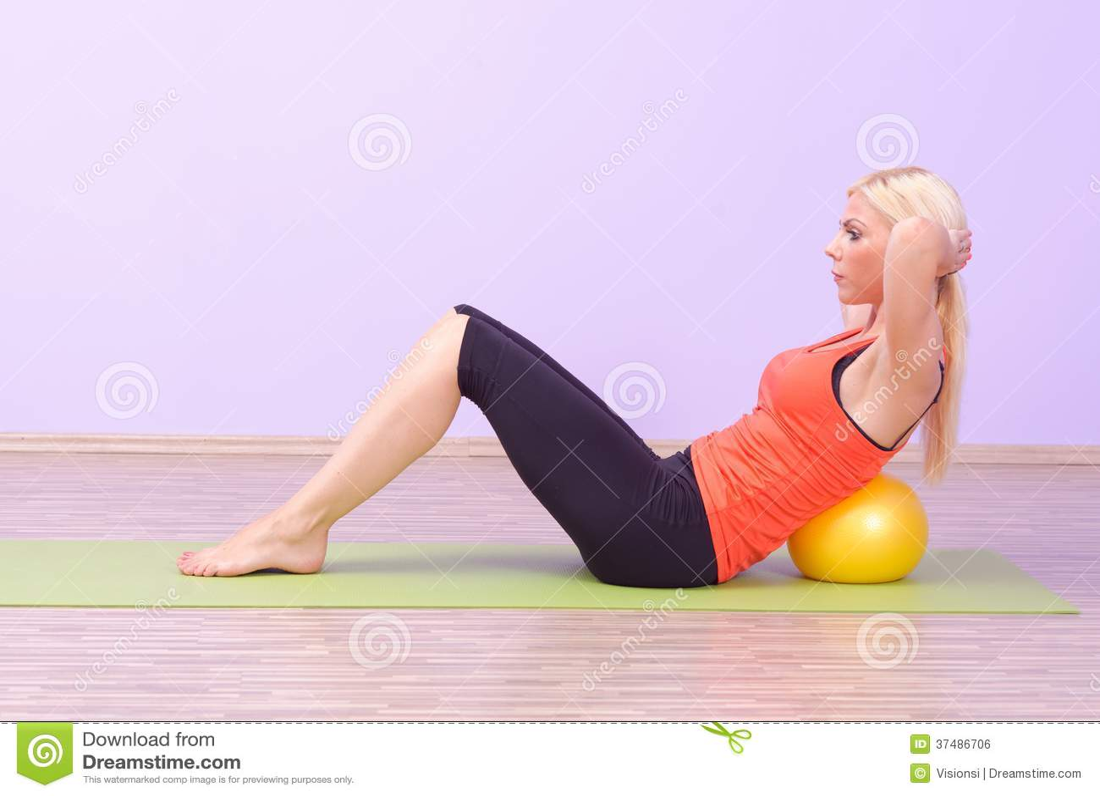 Jovens mulheres bonitas que fazem Pilates