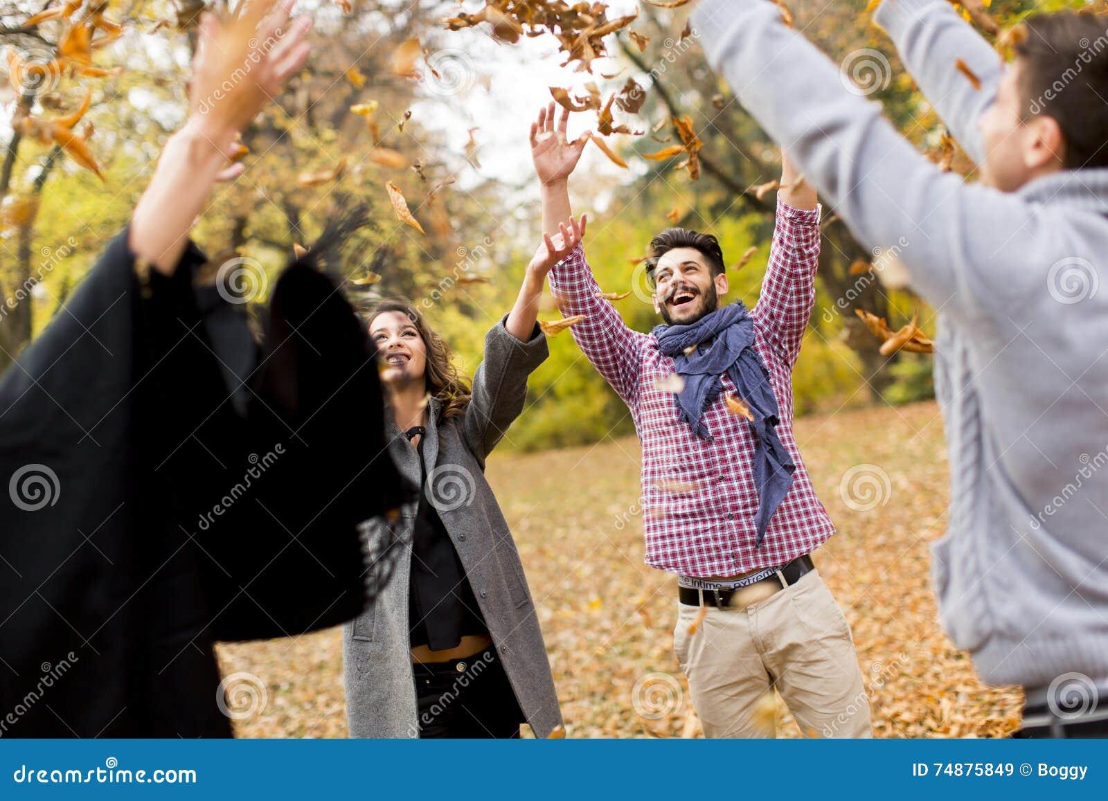 Jovens no parque do outono