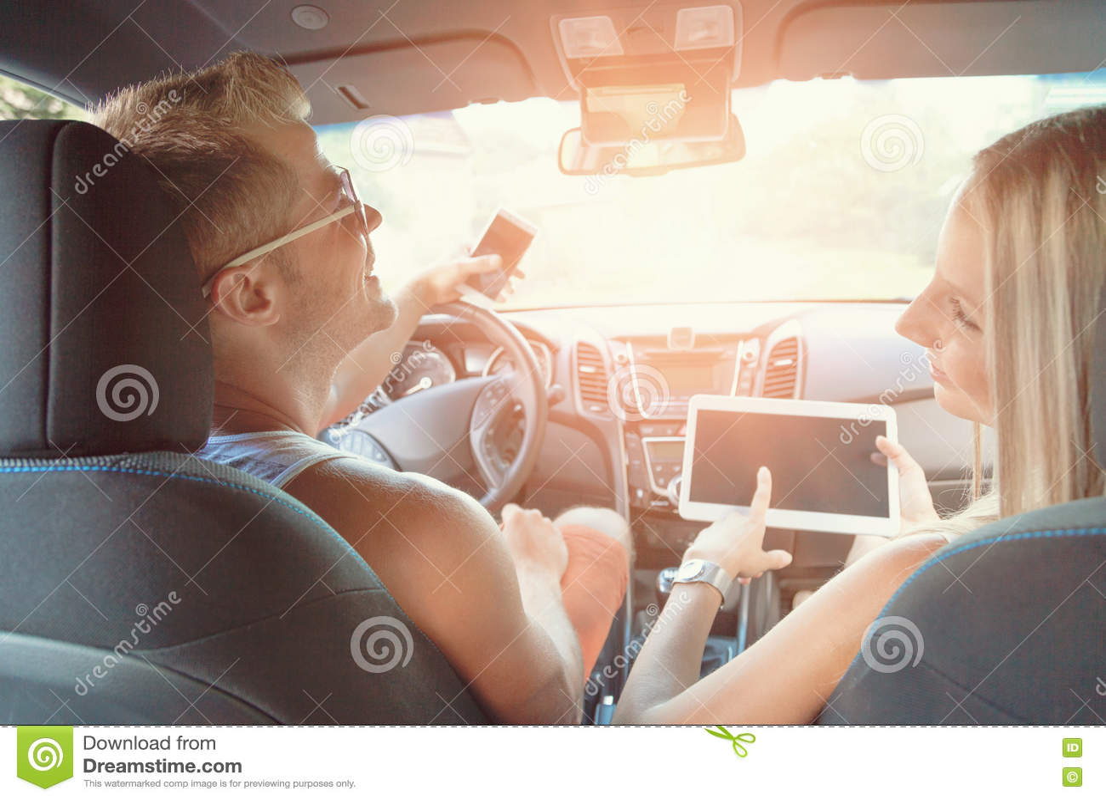 Jovens que apreciam um roadtrip no carro