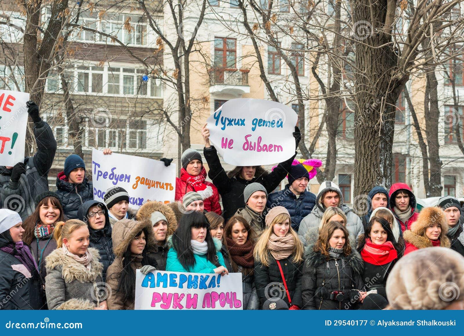 Jovens que guardaram cartazes