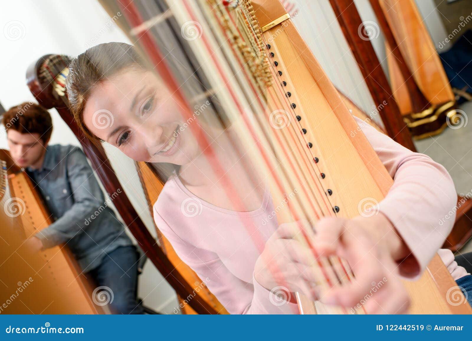 Jovens que jogam harpa
