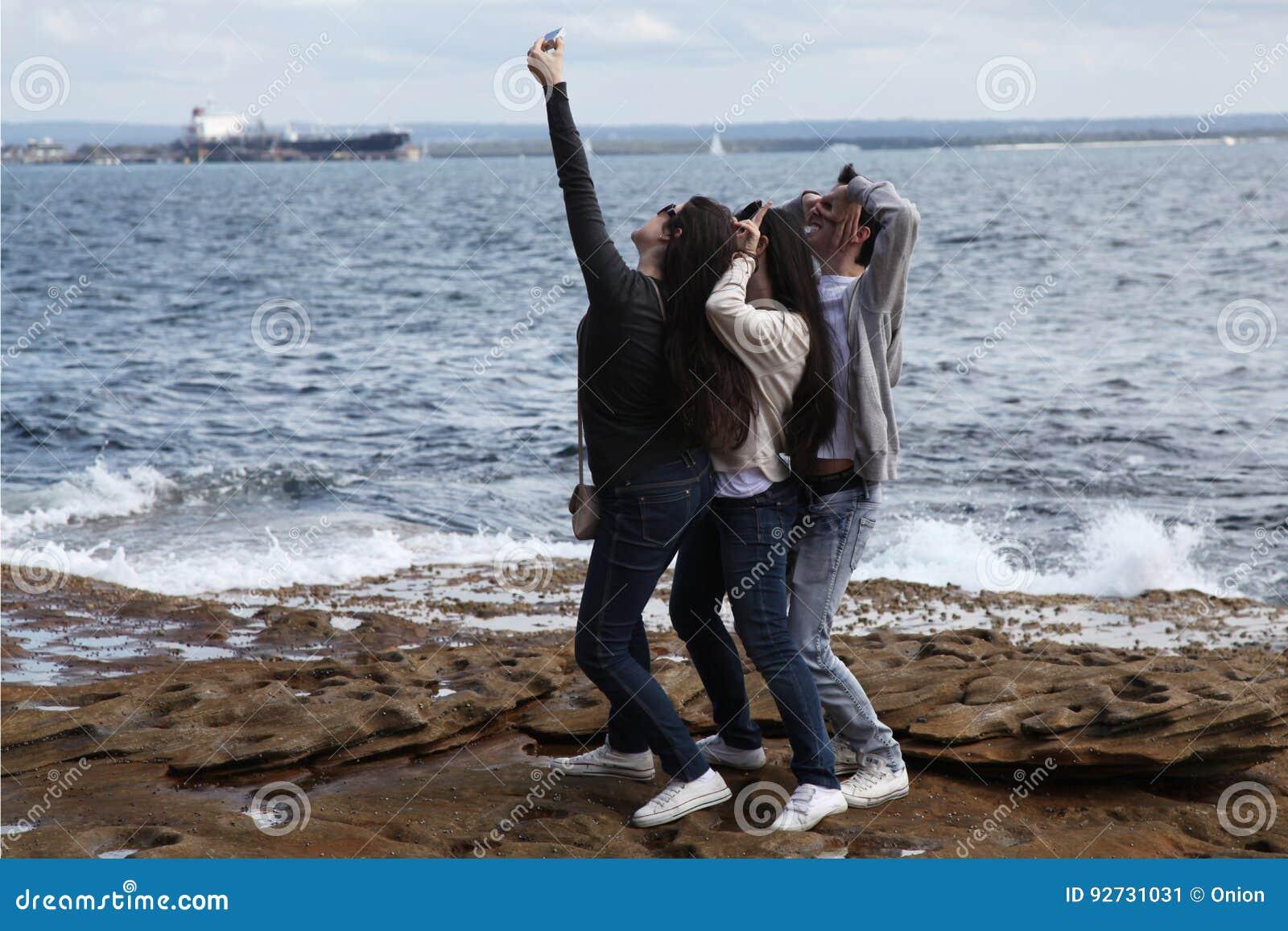 Jovens que tomam um selfie
