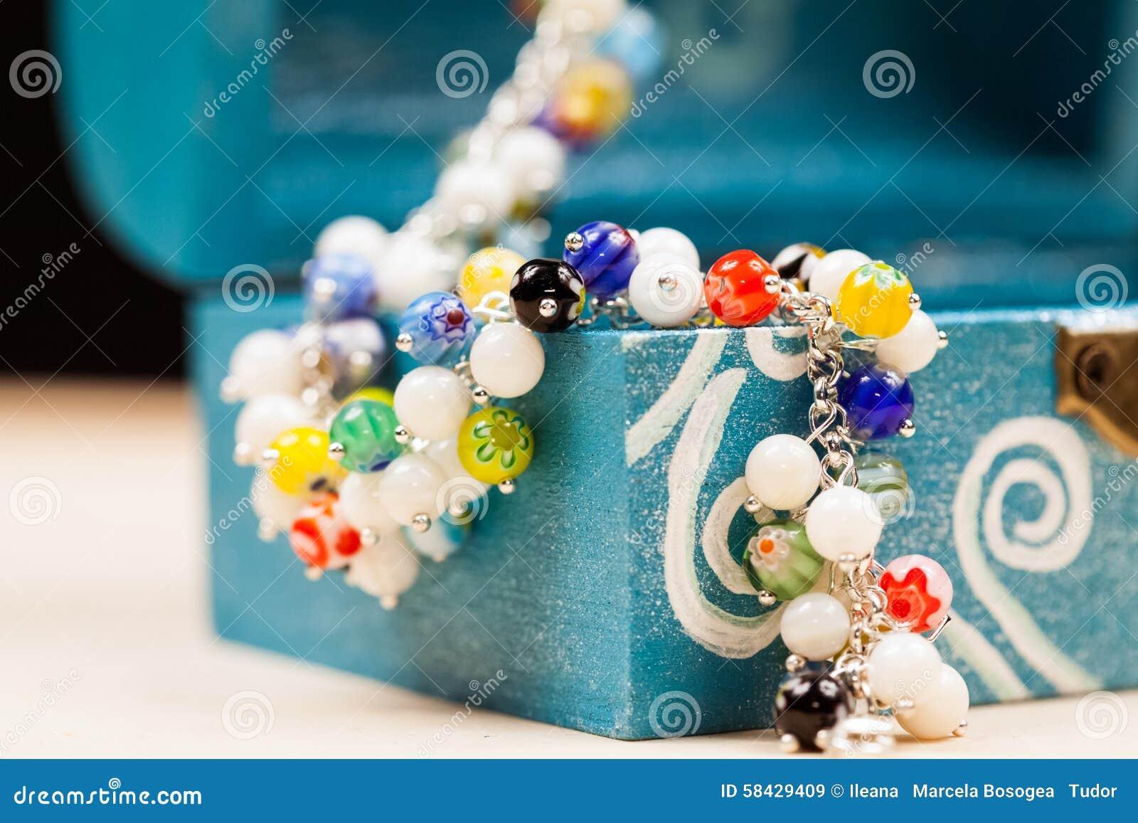 Joyas de plata con las piedras preciosas