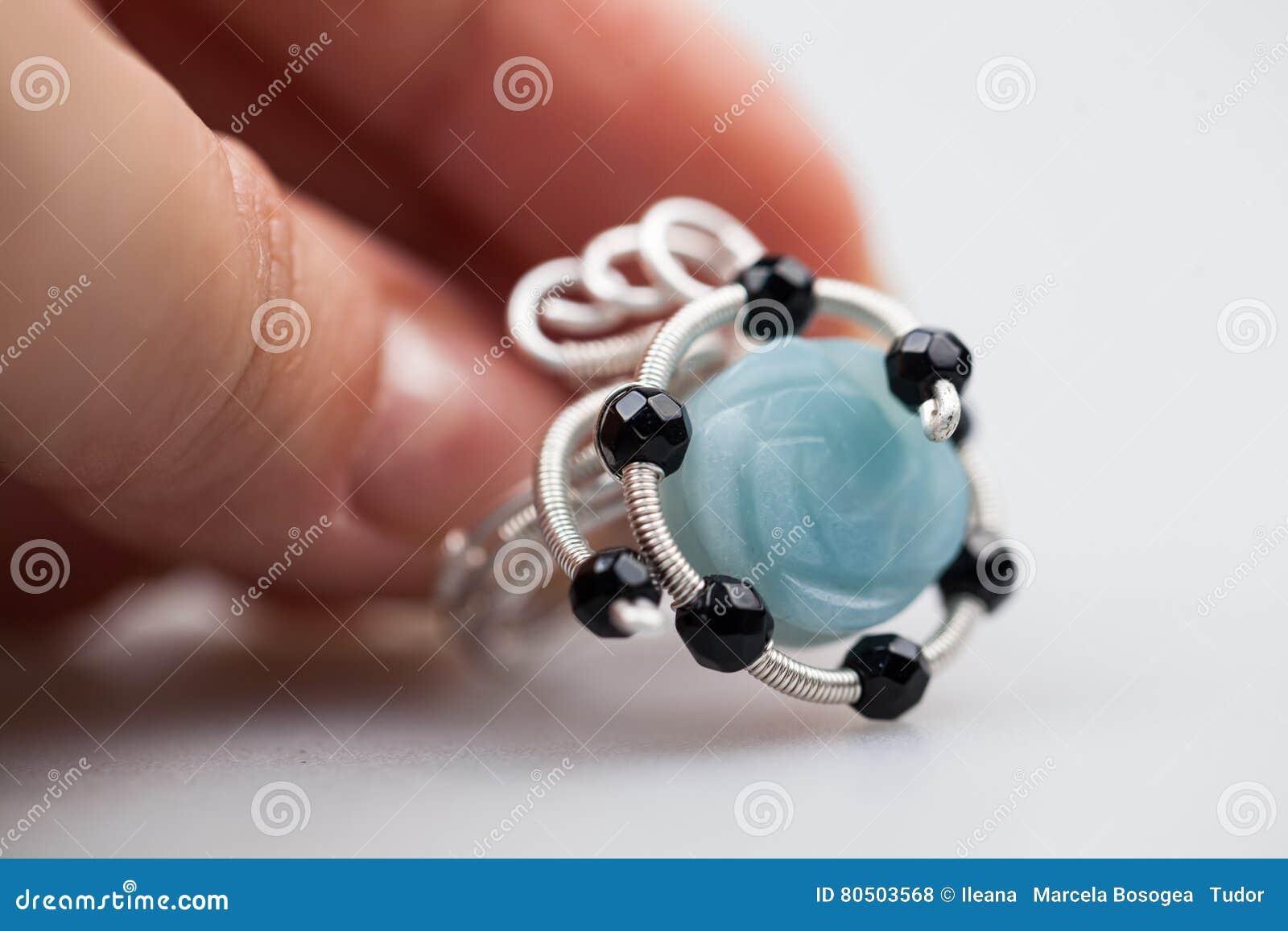 Joyas de plata con las piedras preciosas coloridas