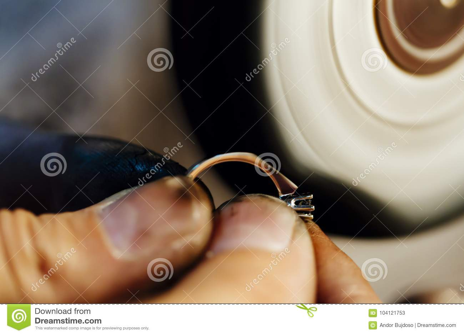 e5522d0d7079 Joyería De Pulido Del Joyero Imagen de archivo - Imagen de dedo ...