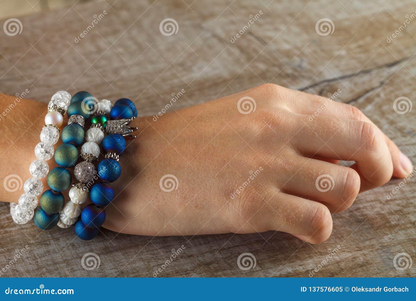 Joyería hermosa hecha de piedras naturales y de accesorios exquisitos en la mano de una mujer