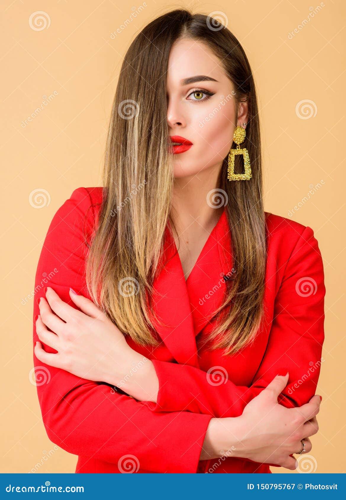 Joyer?a de moda Maquillaje impecable y joyer?a perfecta La mujer lleva los pendientes atractivos Tendencia de la moda Bazar magn?