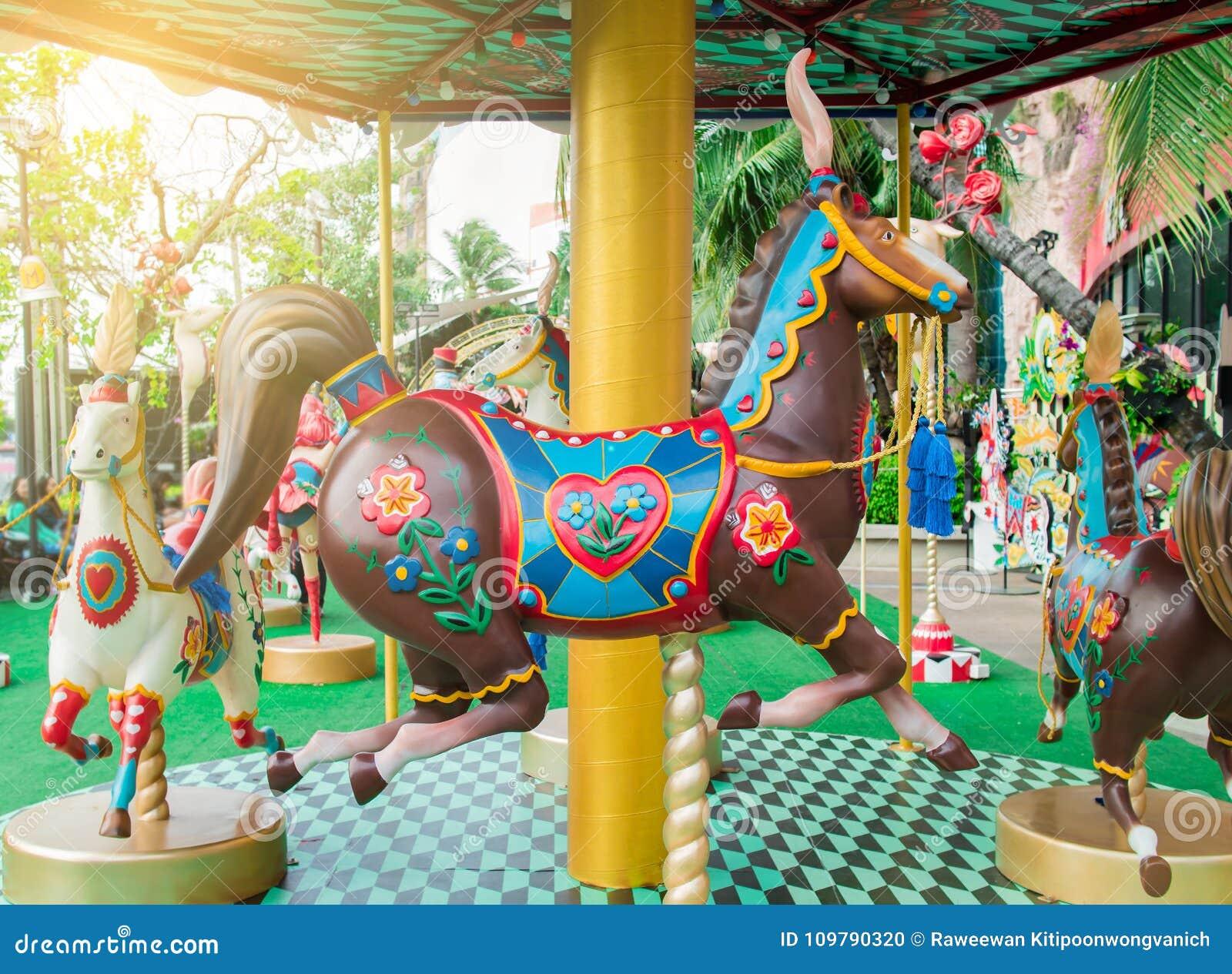 Joyeux disparaissent cheval de rond ou de carrousel dans le festival de cirque