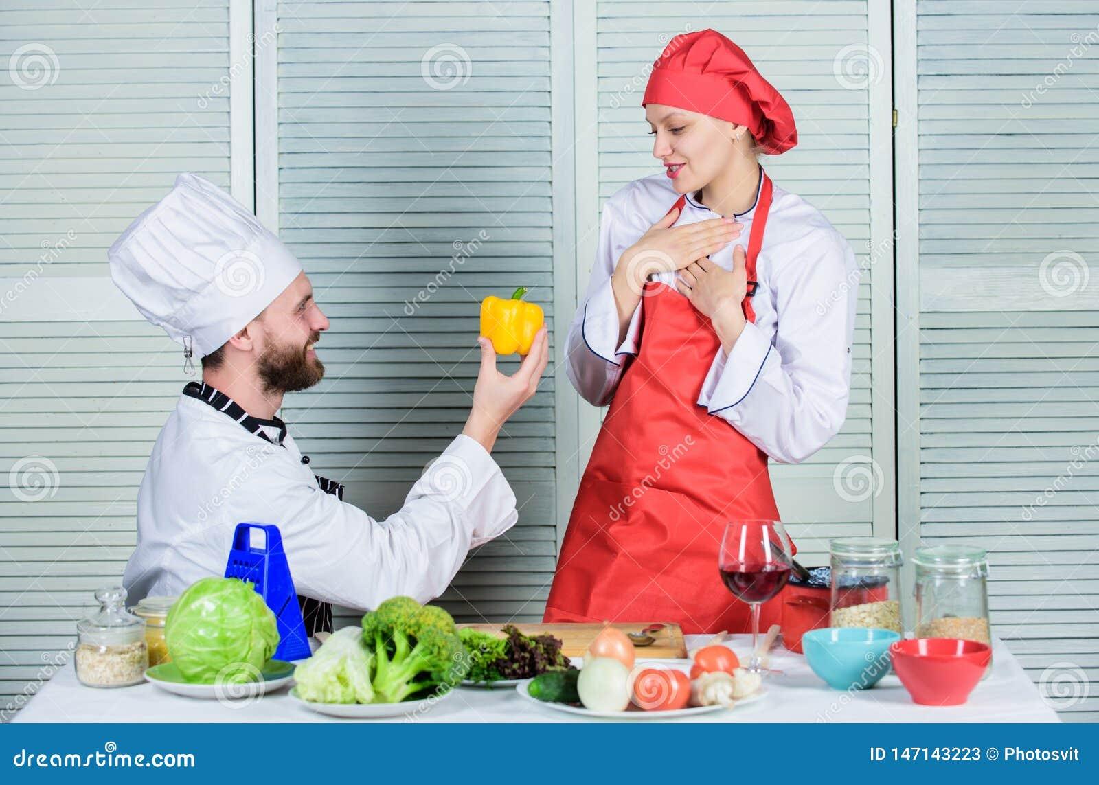 Joyeux je Suivre un r?gime et vitamine cuisine culinaire Famille faisant cuire dans la cuisine chef d homme et de femme dans le r