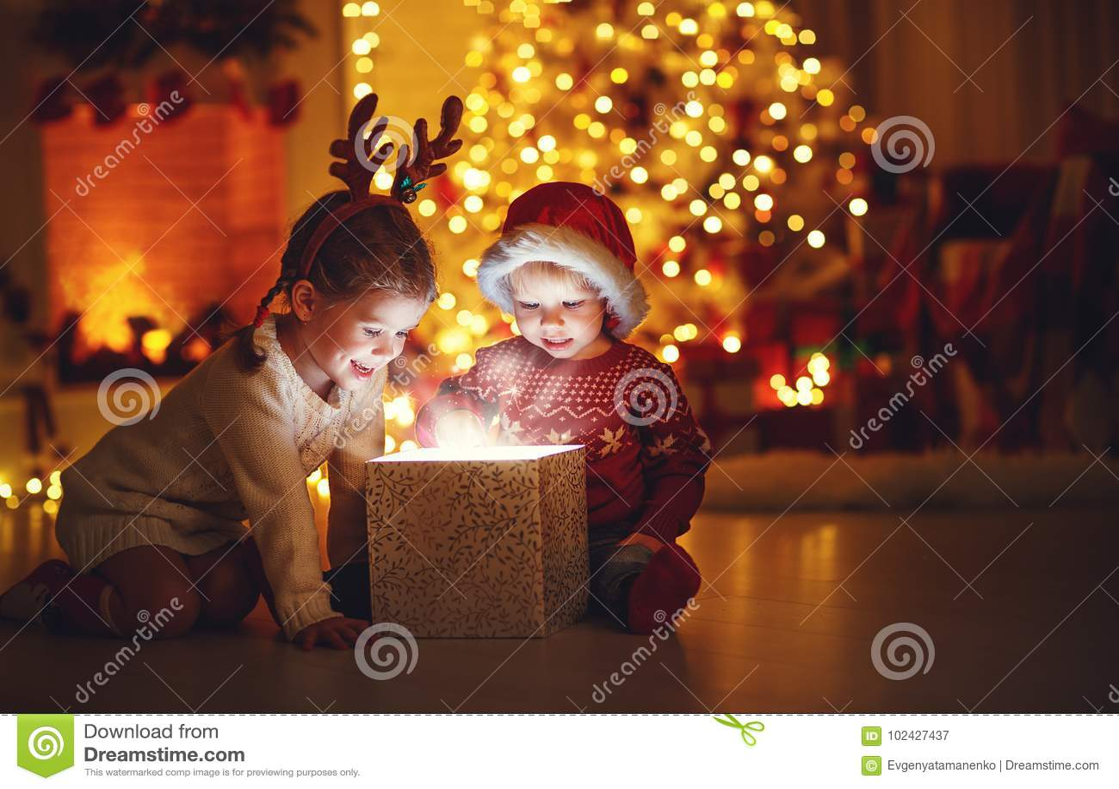 Joyeux Noël ! enfants heureux avec le cadeau magique à la maison