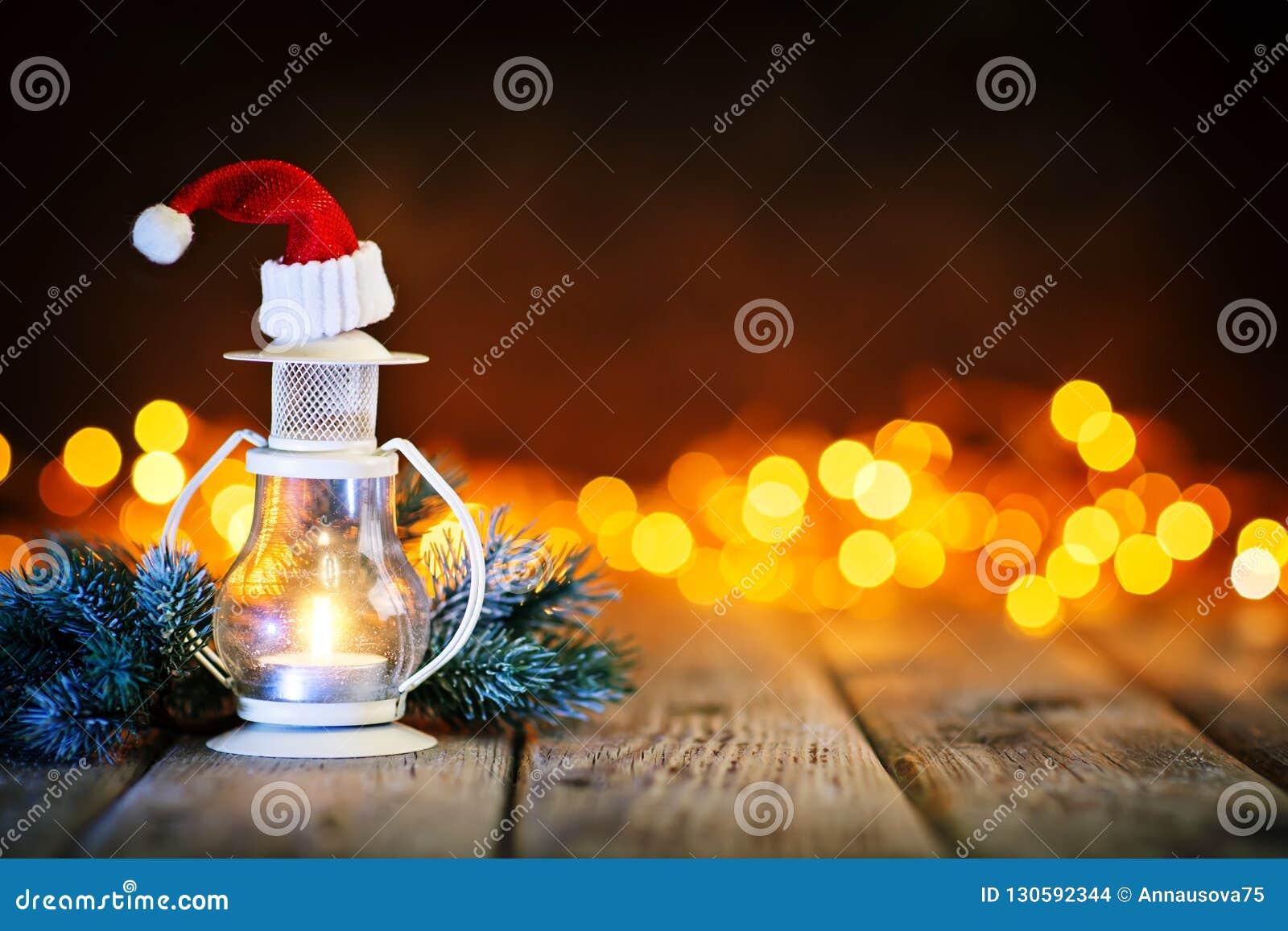 Joyeux Noël et bonne année Jouets de bougie et de Noël sur une table en bois sur le fond d une guirlande Bokeh