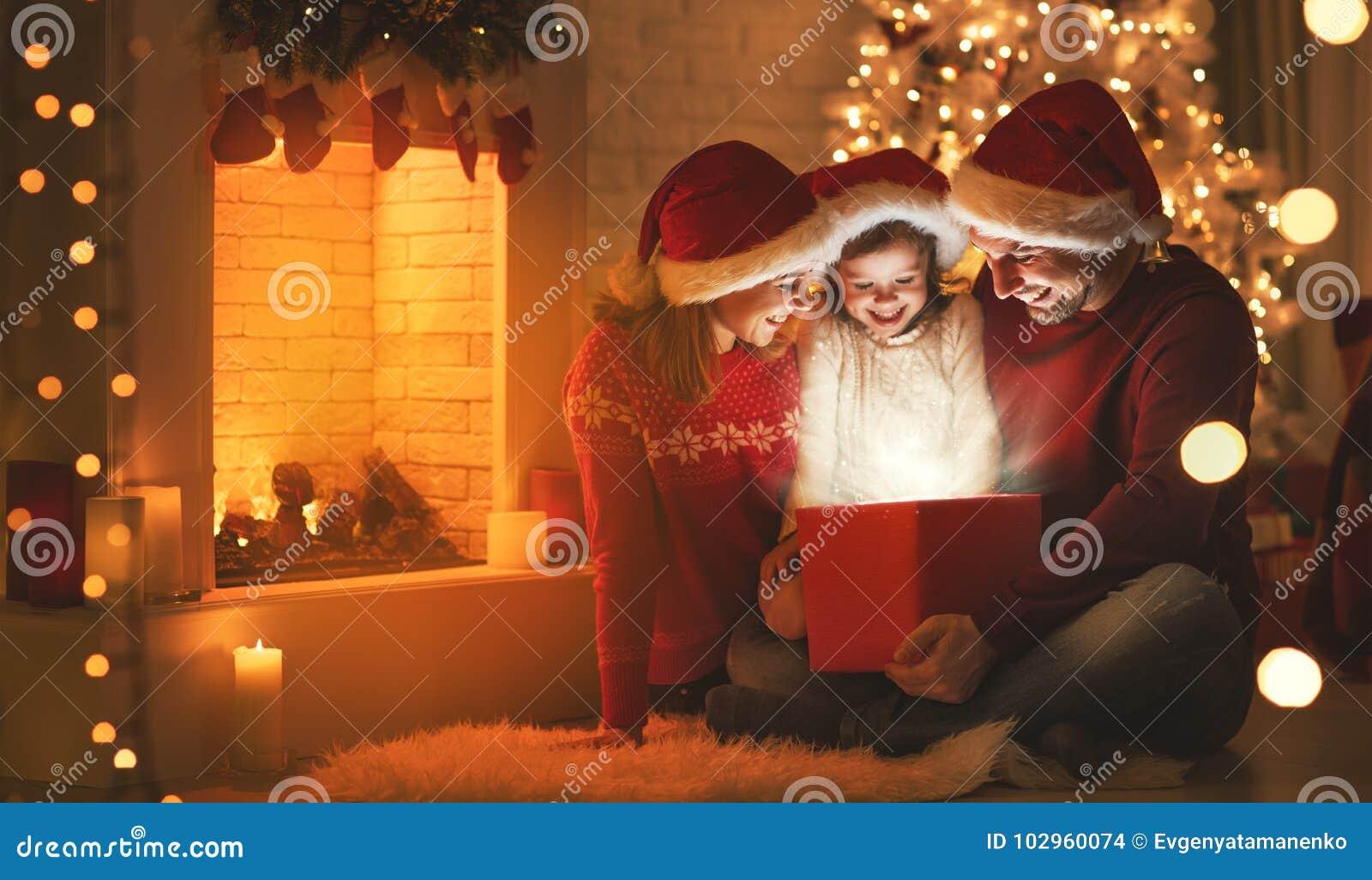 Joyeux Noël ! père et enfant heureux de mère de famille avec la magie