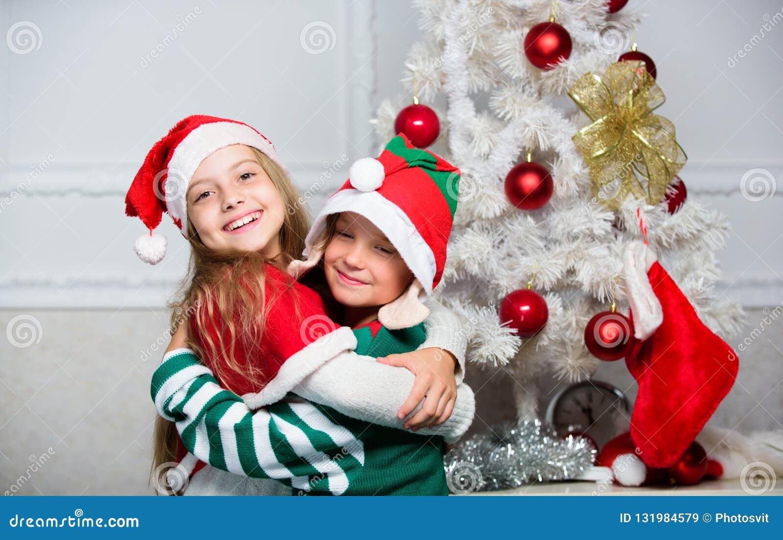 Joyeux Noël Tradition de vacances de famille Les enfants gais célèbrent Noël Costumes Santa de Noël d enfants et elfe