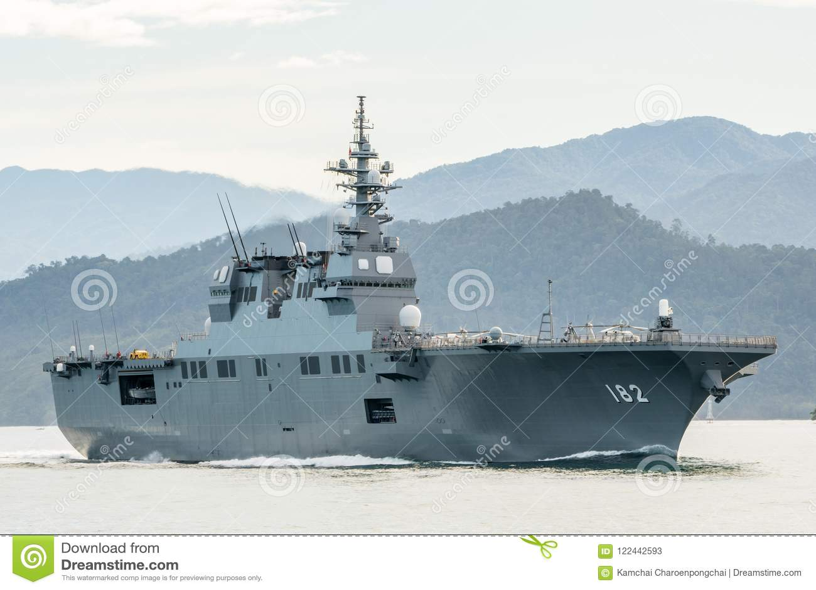 JS艾斯,日本海上自卫队Hyuga班的直升机驱逐舰在Padang港口航行