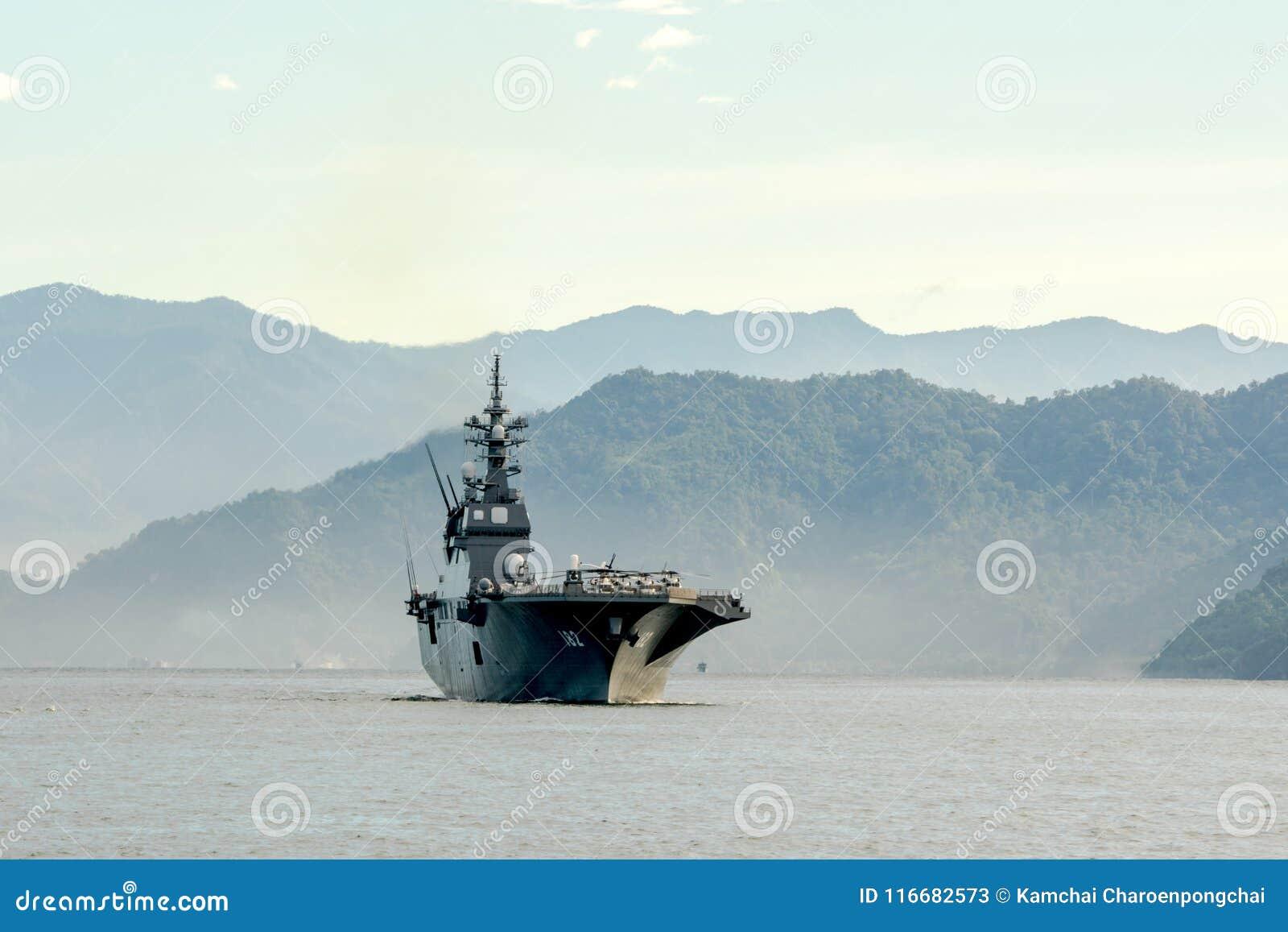 JS Ise, destructor del helicóptero de la Hyuga-clase de la fuerza de autodefensa marítima de Japón navega en el puerto de Padang