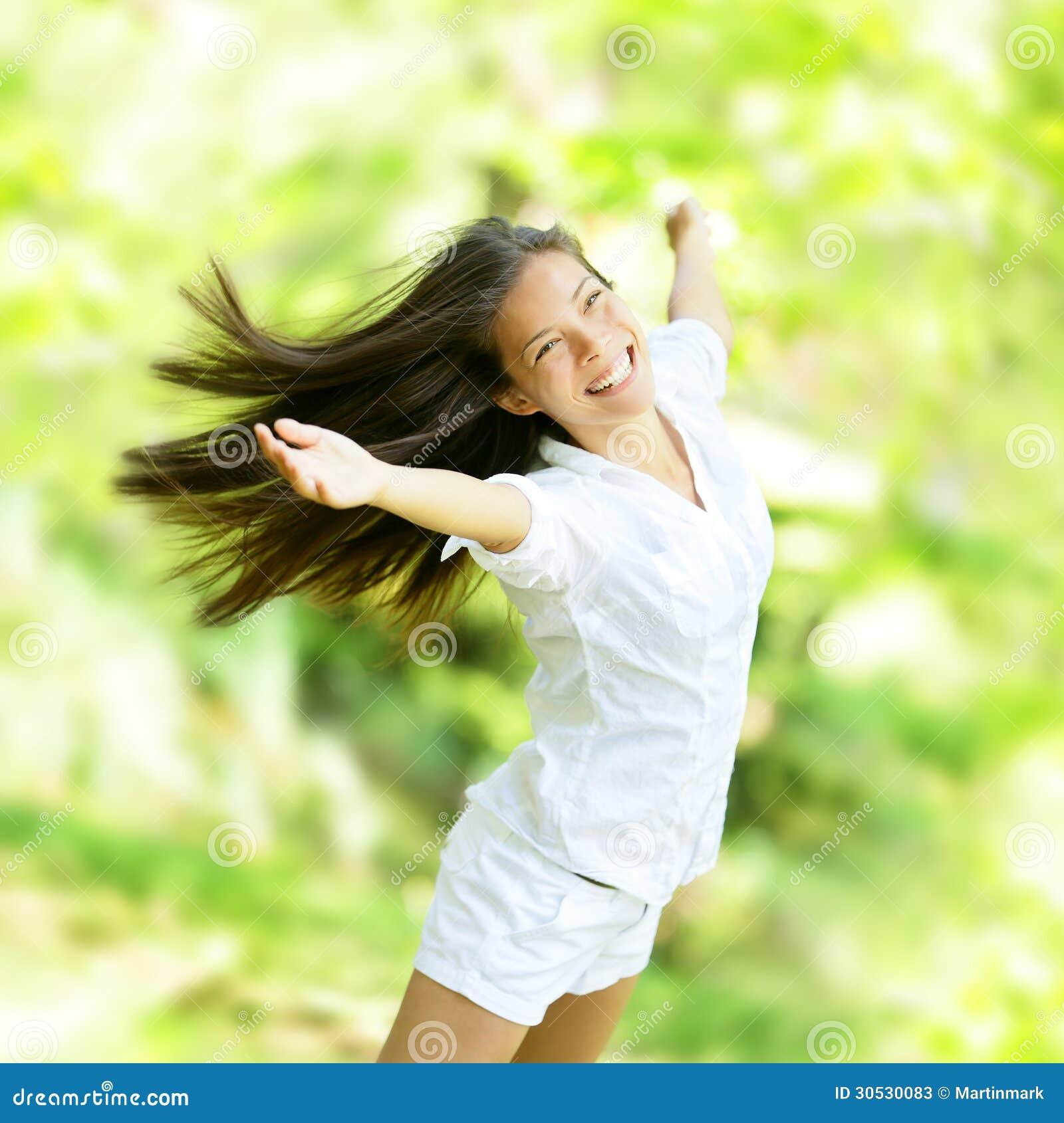Jubla den lyckliga kvinnan i flygrörelse