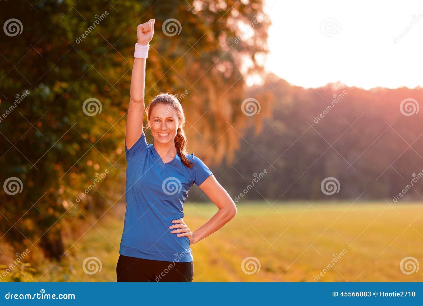 Jublande ung kvinna som stansar luften