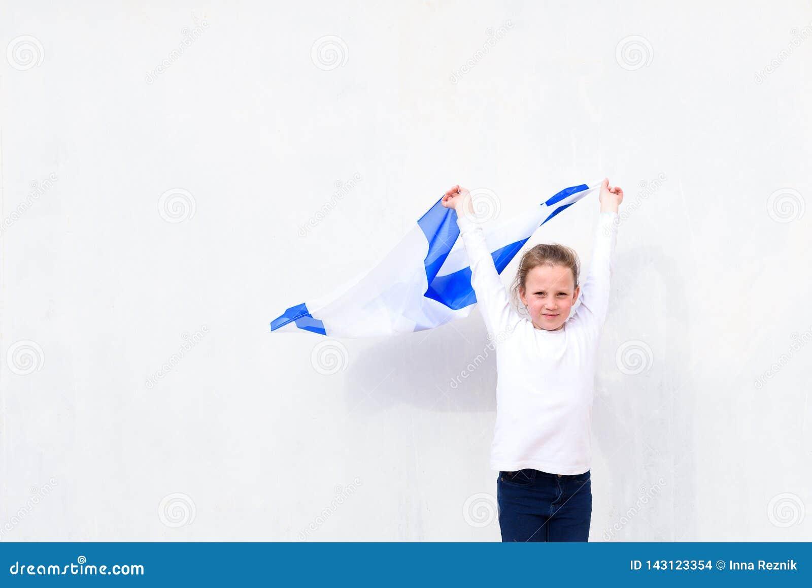 Judisk flicka för liten patriot med flaggan Israel på vit bakgrund