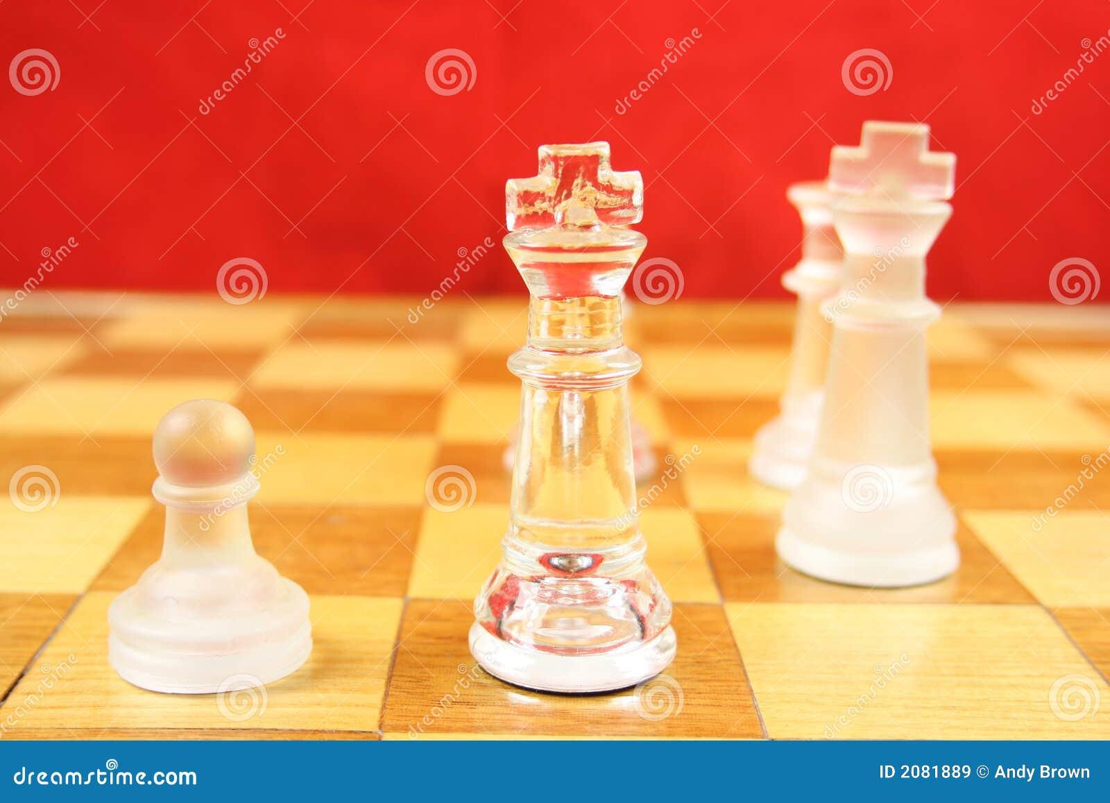 Juego de ajedrez con un fondo rojo