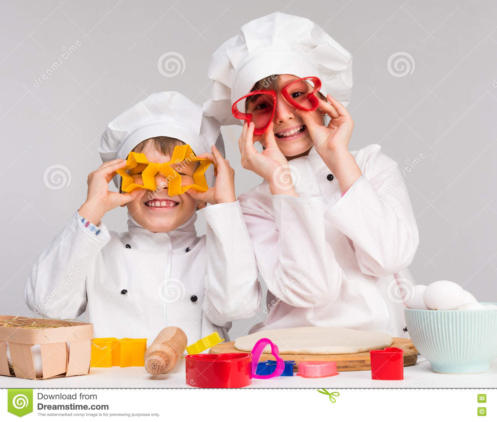 Juego De Dos Niños Divertido En La Cocina