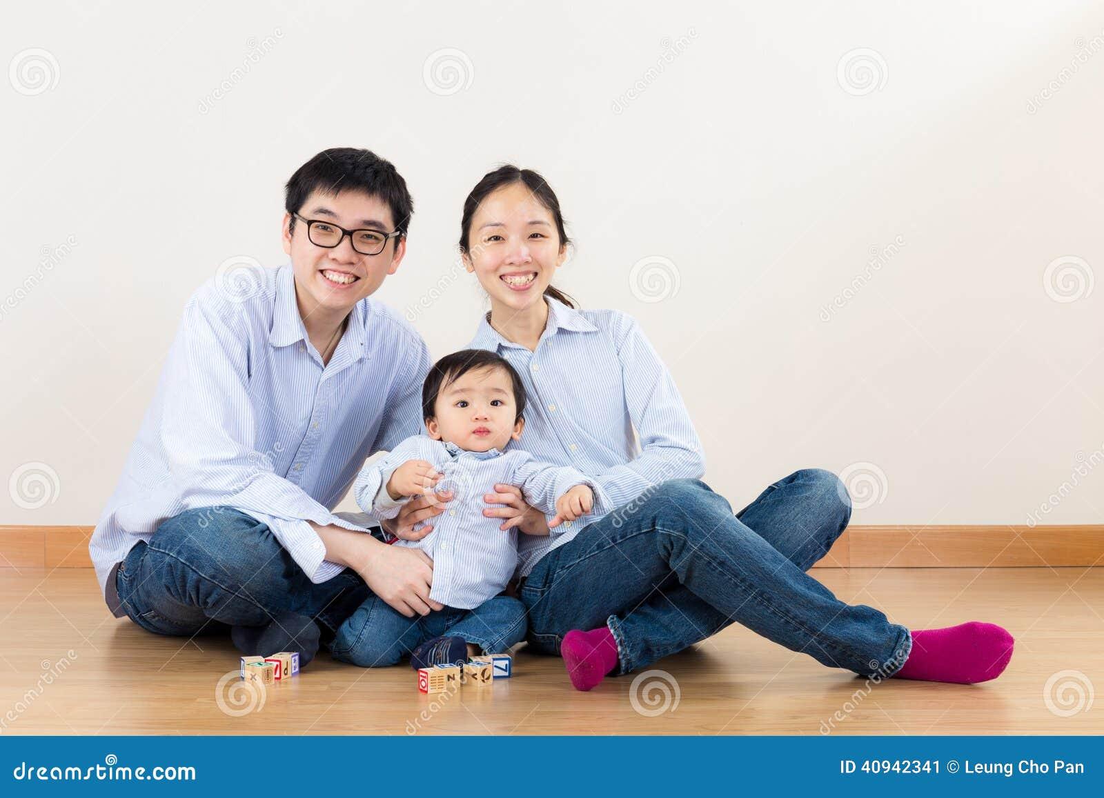 Juego de la familia de Asia junto