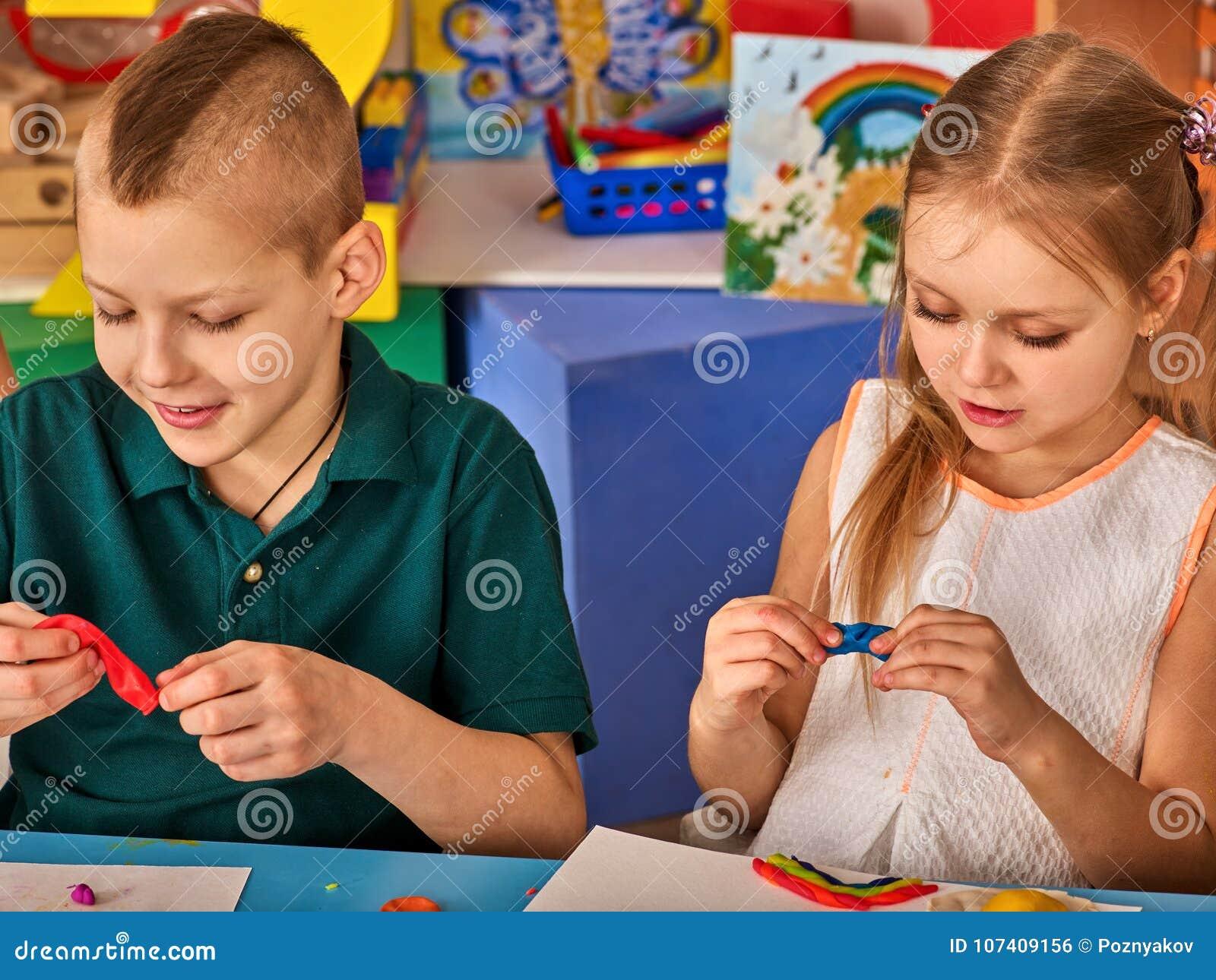 Juego de la pasta del niño en escuela Plastilina para los niños