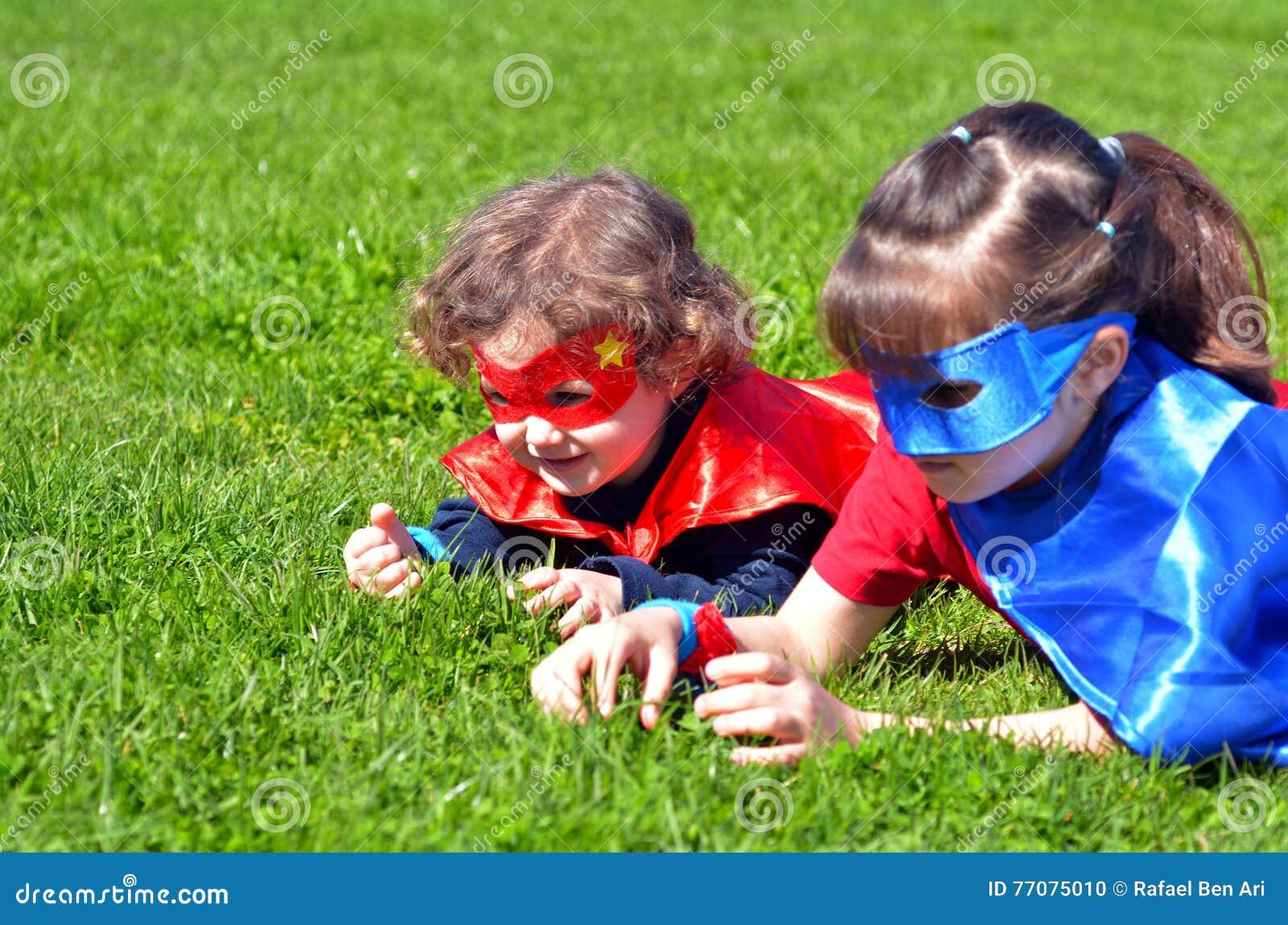 Juego de las hermanas del super héroe al aire libre