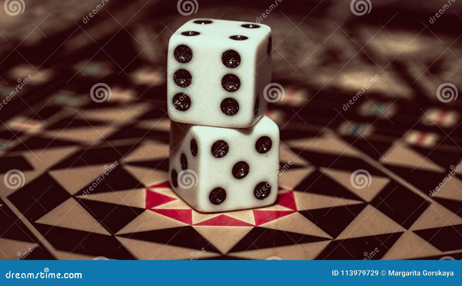 Juego De Mesa Del Backgammon Huesos En El Tablero Imagen De Archivo