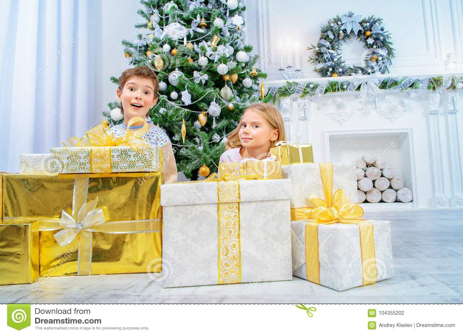 Juego De Ninos En Navidad Foto De Archivo Imagen De Ninos 104355202
