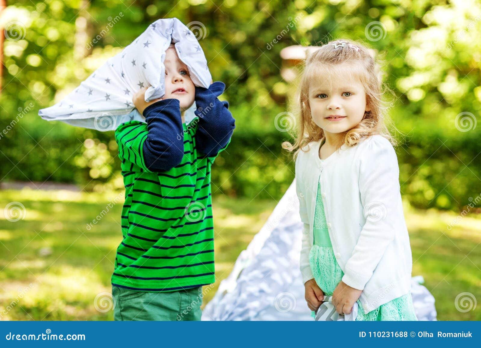 Juego De Ninos Preescolar En El Parque 2 3 Anos Muchacha Y Muchacho