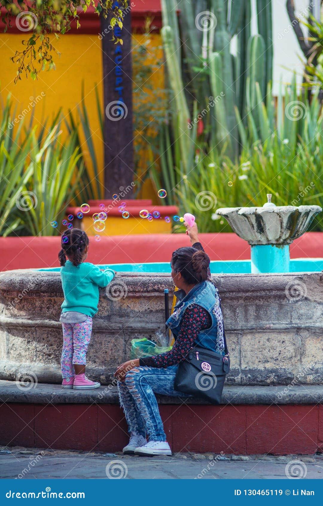 Juego feliz en la ciudad colorida, Guanajuato, México de la madre y de la hija