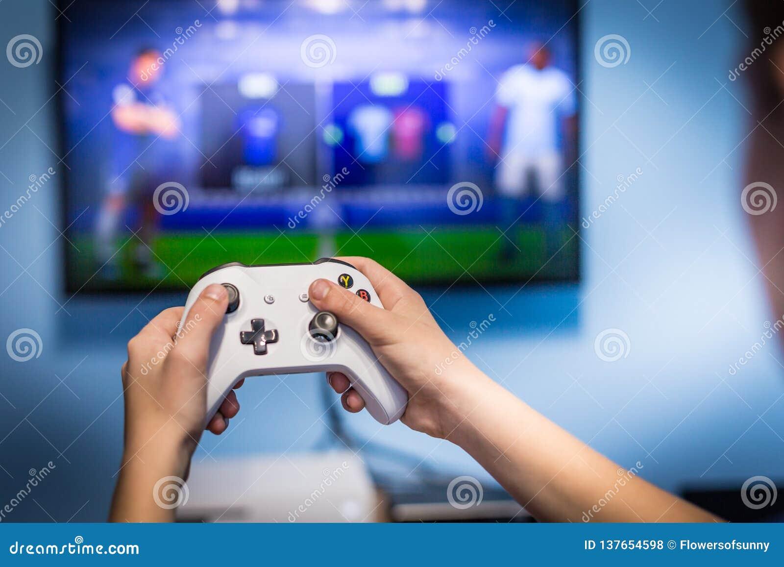 Juego video del juego y del juego en el juego-cojín de la tenencia del videojugador de la diversión de la TV y la consola video d