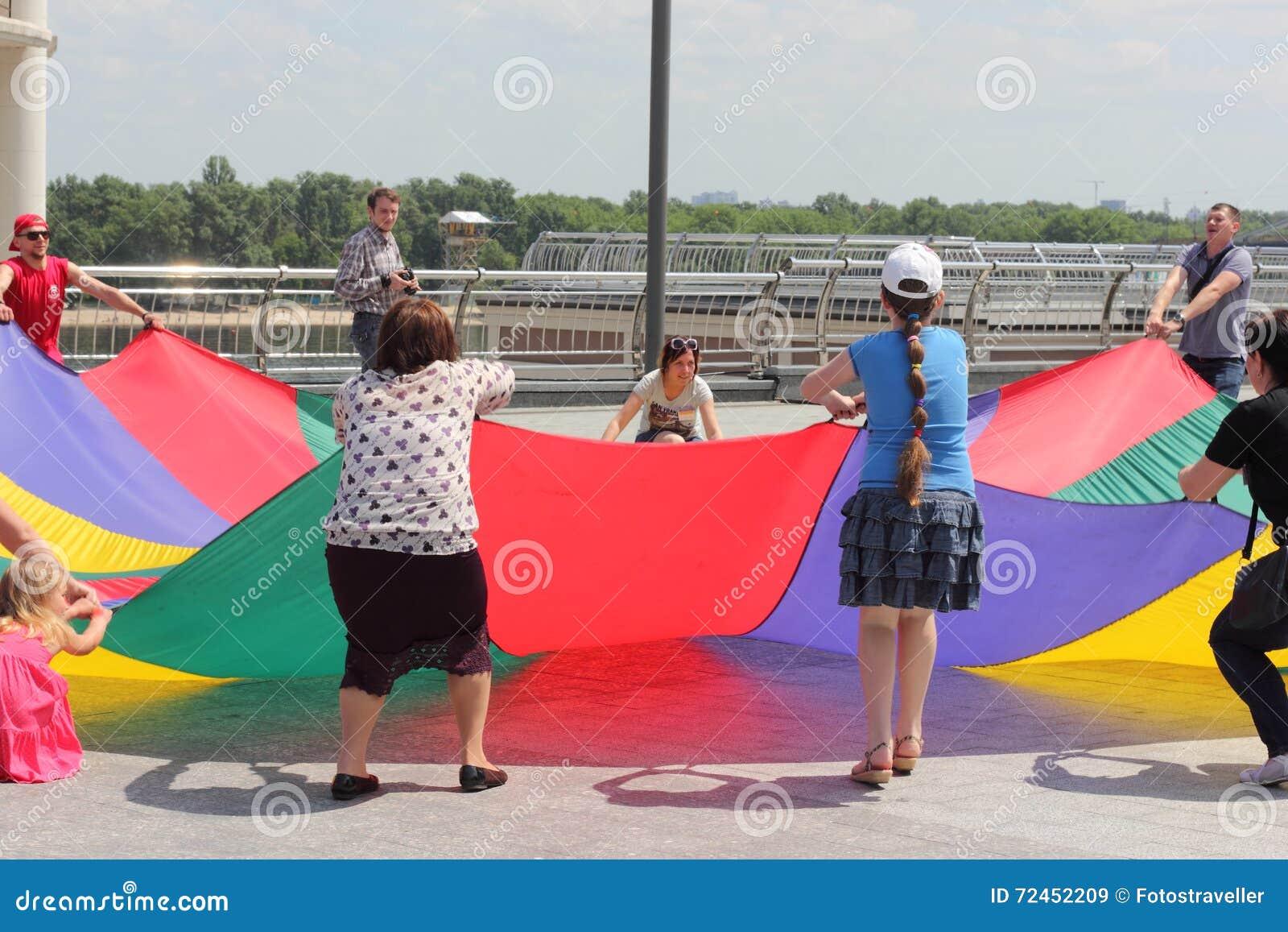 Juegos Activos Al Aire Libre Para La Familia Imagen De Archivo