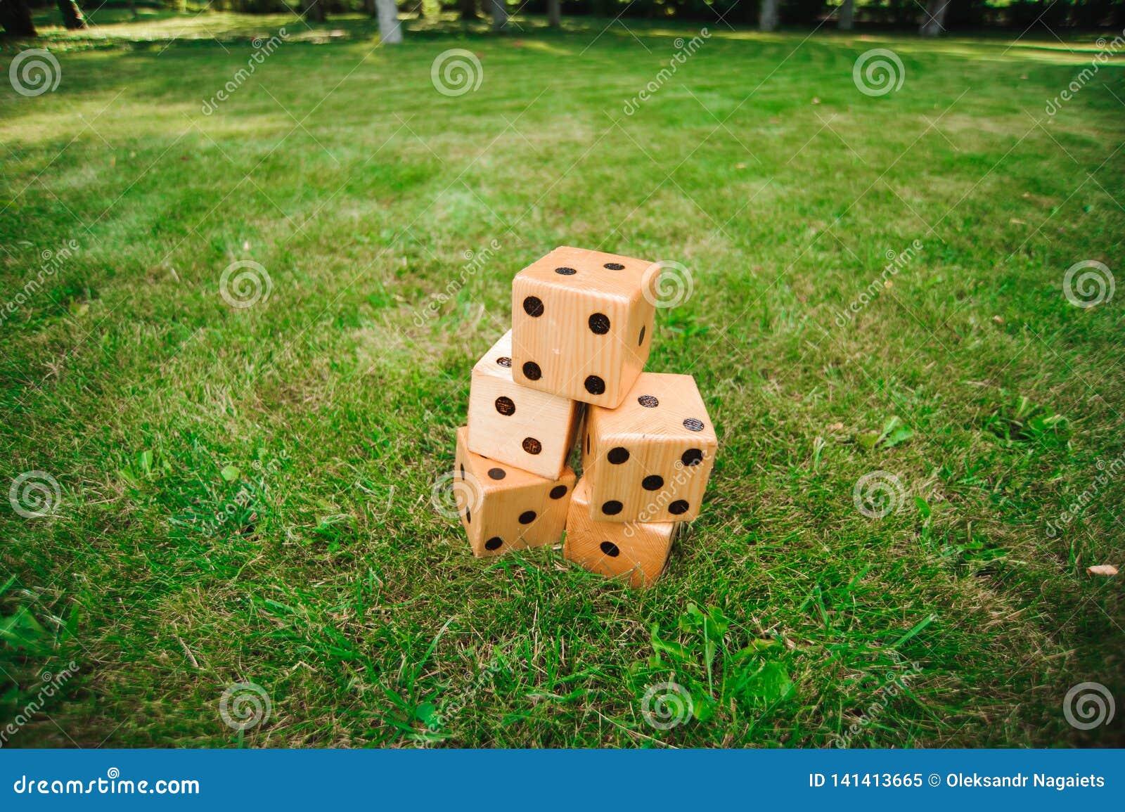 Juegos al aire libre - grandes corta en cuadritos, juego al aire libre gigante en hierba verde