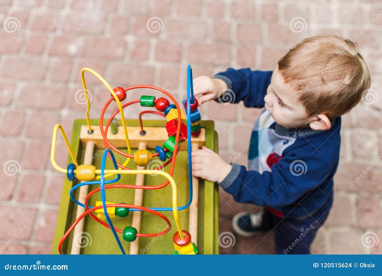 Juegos del muchacho del niño con un juguete