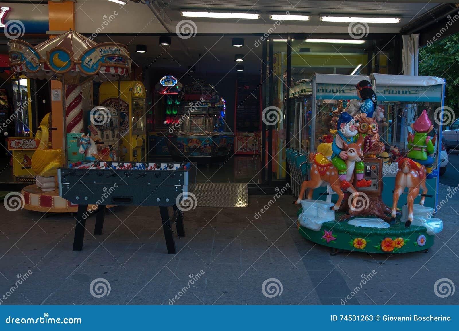 Juegos Electronicos Para Los Ninos En Un Riccione De La Calle Foto