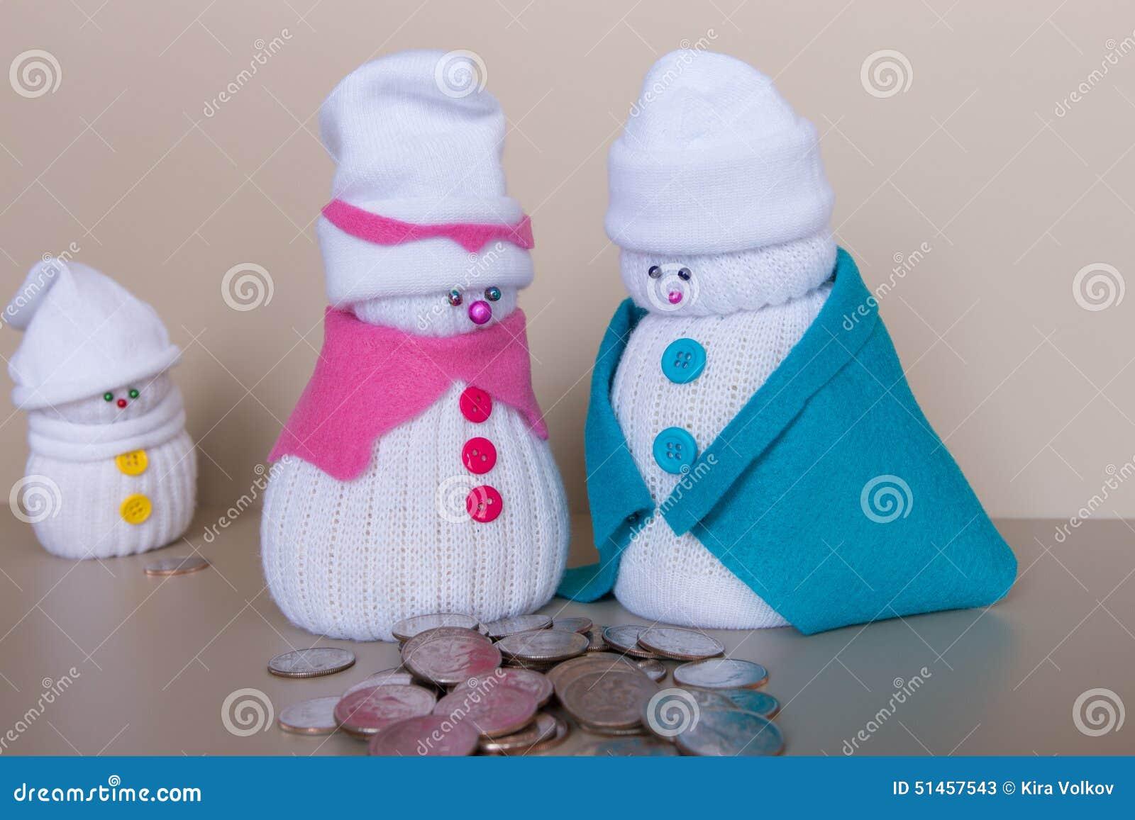 Juegue la familia de los muñecos de nieve y una pila de cuartos