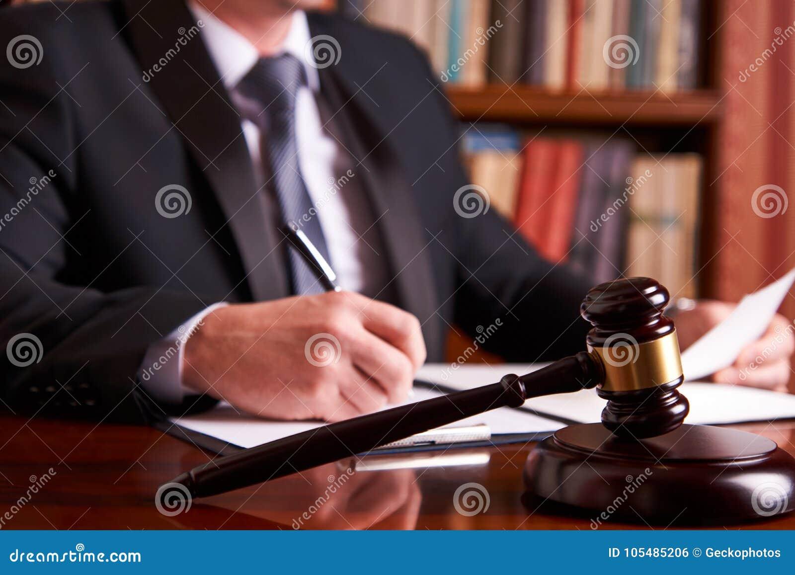 Juez masculino con el mazo de la ley