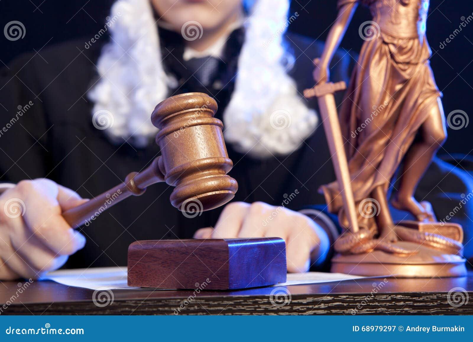 Juez masculino In una sala de tribunal que pega el mazo