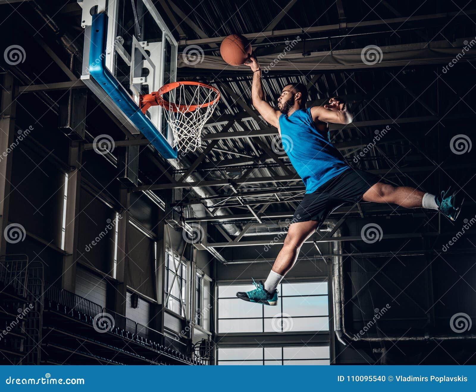 Jugador de básquet negro en la acción en una cancha de básquet