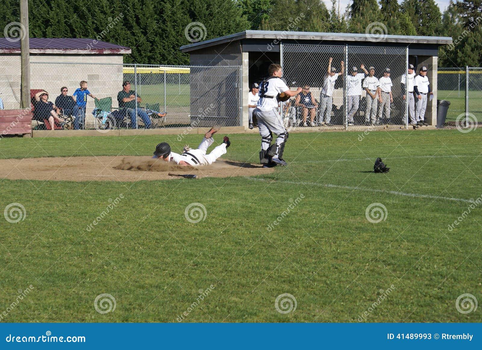 Jugador de béisbol de la High School secundaria que come la suciedad